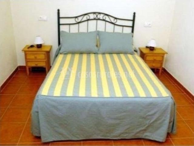 Habitación principal con cama de matrimonio y colcha