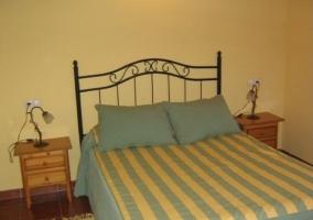Otra vista de la habitación con cama de matrimonio