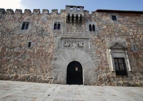 Fachada del Palacio de los Dávila con restos del siglo XIII y decoración morisca