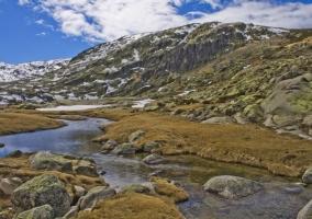Vista de la montaña de la Sierra de Gredos con un río natural que baja de las montañas