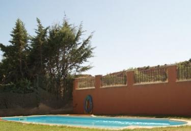 Casas rurales con piscina en cerezo de mohernando for Hoteles rurales en extremadura con piscina