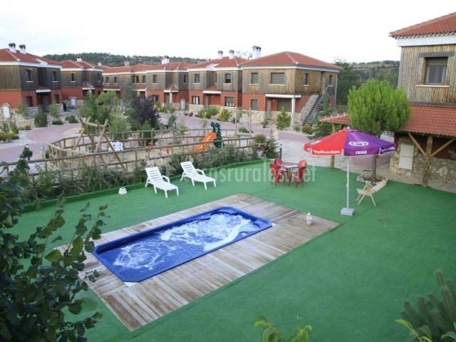 Parque infantil y jacuzzi del complejo