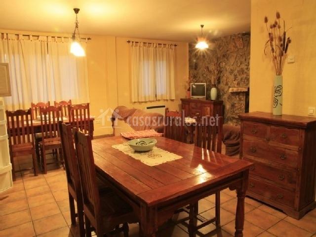 Amplio salón con 2 mesas grandes