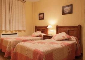 Dormitorio con cabeceros de madera