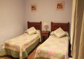 Dormitorio con ropa de cama en tono verde