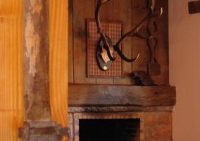 Sala de estar con sillones en tonos burdeos y escaleras en madera