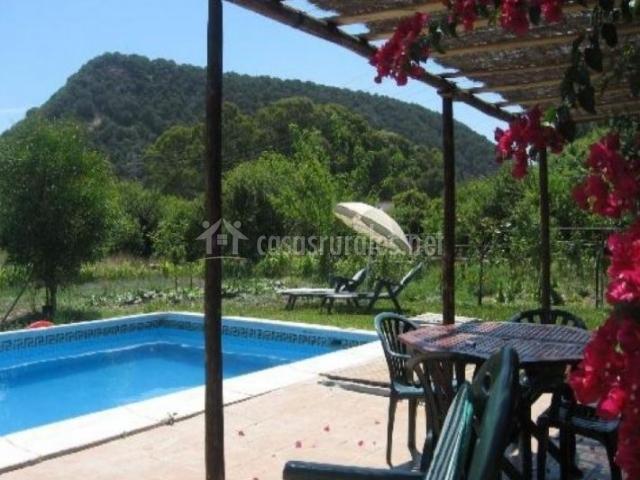 Amplio porche con vistas de la piscina