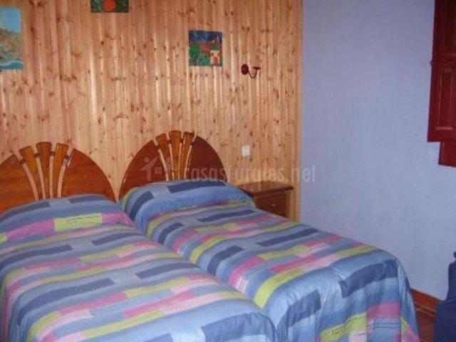 Dormitorio doble con frontal en madera
