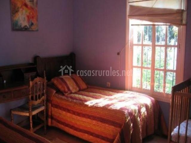 Dormitorio doble con ventanas y mucha luminosidad