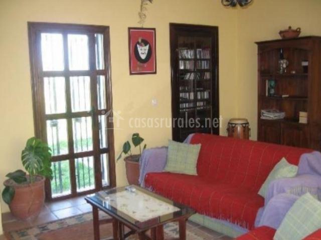 Sala de estar con sillones en color rojo y mucha luz