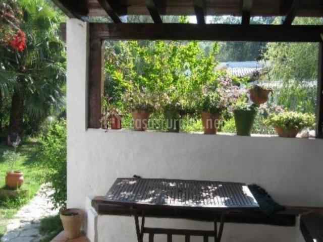 Vistas del porche abierto a las zonas verdes