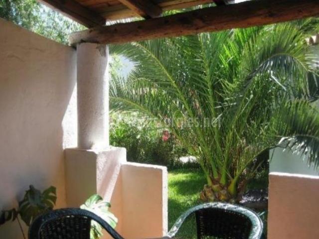 Vistas del porche con zonas verdes al lado