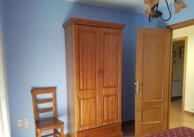 Dormitorio doble con armarios frente a las camas