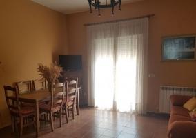 Sala de estar con mesa de madera y sillones