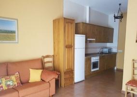 Sala de estar con sillones junto a la cocina