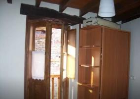 Dormitorio de matrimonio con armario y balcón