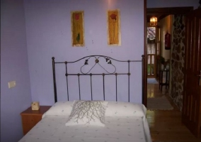 Dormitorio de matrimonio con mesilla junto a la cama