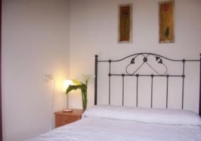 Dormitorio de matrimonio con plantas sobre la mesilla