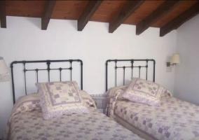 Dormitorio doble abuhardillado con mesilla