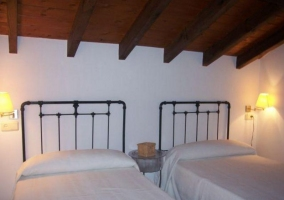 Dormitorio doble abuhardillado en blanco