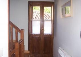 Pasillo con escaleras de madera