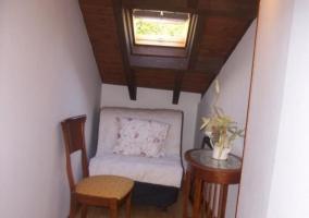 Salita de lectura con futón bajo el tragaluz