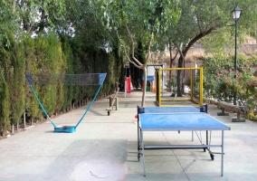 Zona de juegos con mesa de ping pong