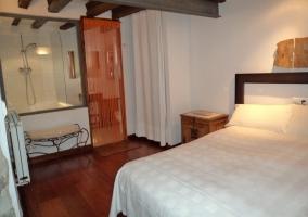 Dormitorio de matrimonio de la casa rural con baño en su interior