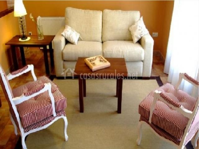 Sofá blanco y sillas de tela