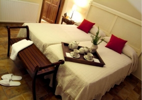 Dos camas con lámpara roja