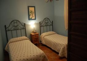 Dormitorio con dos camas en la casa rural conquense