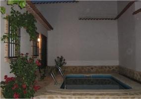 Patio con piscina al anochecer en la casa rural manchega