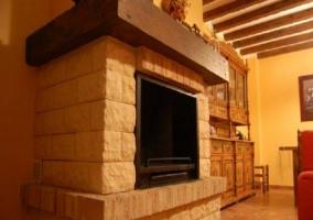 Detalle de la chimenea de piedra de la casa rural