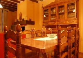 Detalle de la mesa con sillas de madera en  casa rural