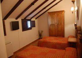 Dormitorio doble abuhardillado en casa rural