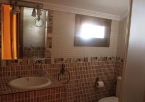 Baño con azulejos ocres en casa rural