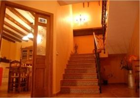 Vista de la cocina y las escaleras de la casa rural