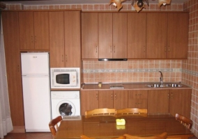 Abajo cocina en madera con mesa