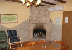 Abajo sala de estar con chimenea