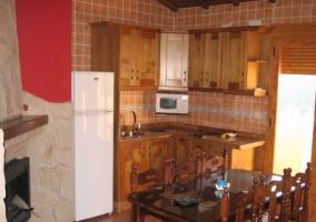 Primera 2 sala de estar con chimenea y cocina