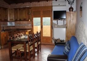 Primera 2 sala de estar con cocina y comedor