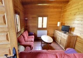 Sala de estar con televisor sobre el mueble