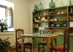 Sofá beige y mesa