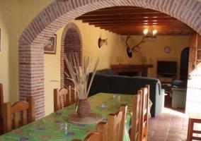 Cocina con mesa y vigas de madera