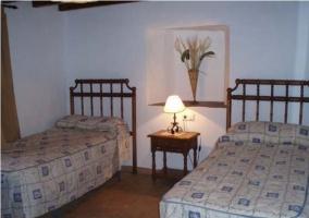 Dormitorio doble con armario de madera