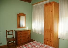 Dormitorio de matrimonio con colcha en cuadros rojos