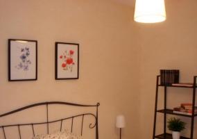 Dormitorio principal con muebles negros