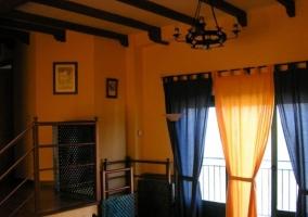 Sala de estar amplia con chimenea y tele