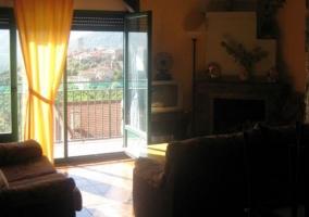 Sala de estar con balcones y vistas