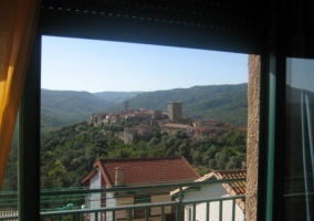 Sala de estar con chimenea y las mejores vistas de la naturaleza